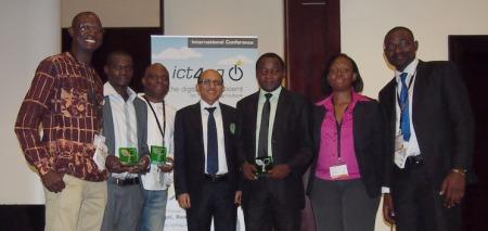 Les six finalistes du concours de journalistes sur TIC pour l'agriculture posant avec le directeur du CTA, Michael Hailu